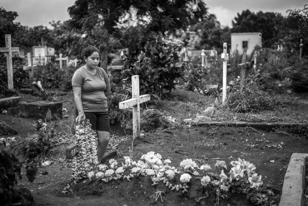 Gisselle Gaitán mira la tumba de su hermano Junior en el barrio San Carlos de Masaya. LA PRENSA / Óscar Navarrete.