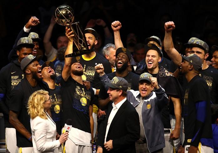 Stephen Curry levantó por tercera vez el trofeo de campeones de la NBA, ganado con los Warriors de Golden State al barrer a los Cavaliers de Cleveland. LA PRENSA/Justin K. Aller/Getty Images/AFP