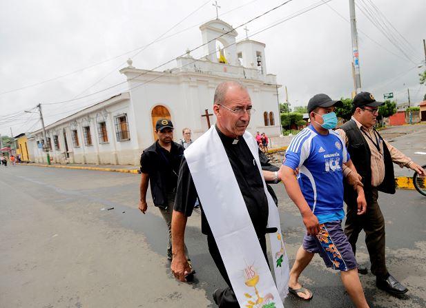 El párroco de la iglesia San Miguel, Edwin Román,  ha enfrentado con mucha valentía todas las amenazas que le han hecho por defender a la ciudadanía. LA PRENSA/ MANUEL ESQUIVEL