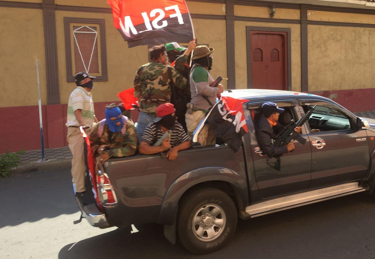 Turbas sandinistas armados y con una bandera sandinista recorren las calles de León. Esta foto fue presentada en la entrevista a Ortega con CNN en Español. LA PRENSA/EDDY LÓPEZ