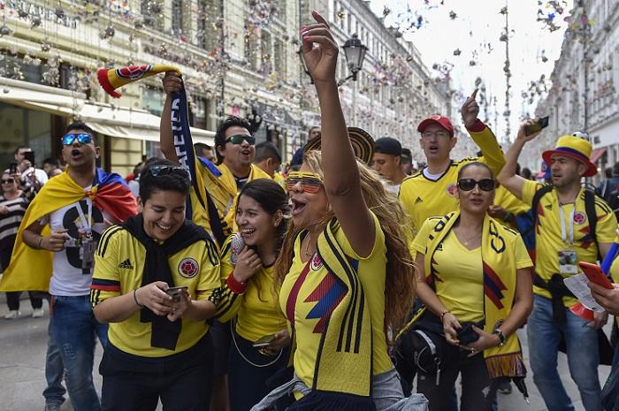 Los hinchas extranjeros, como los colombianos, han puesto el color en las calles rusas, previo al inicio del Mundial Rusia 2018. LA PRENSA/AFP / Natalia KOLESNIKOVA