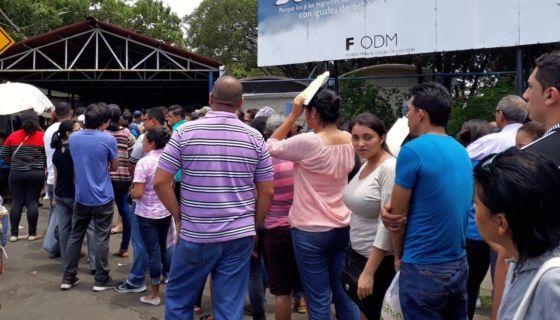 Las filas en la sede de Migración y Extranjería han crecido en las últimas semanas. LA PRENSA/ LEONOR ÁLVAREZ