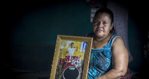 Doña Yadira Córdoba, madre de Orlandito., dormía junto a su hijo en esta cama. El asesinato de su niño de 15 años le cambió la vida. LA PRENSA / Óscar Navarrete