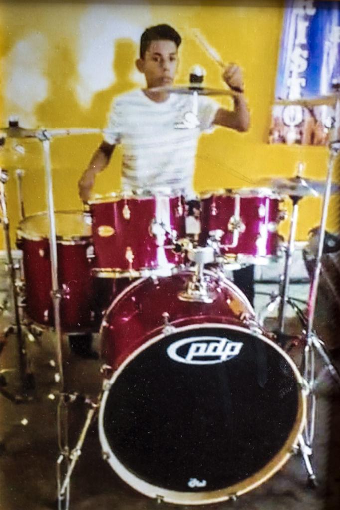 Orlando Córdoba tocaba la batería en su iglesia evangélica. LA PRENSA / Cortesía