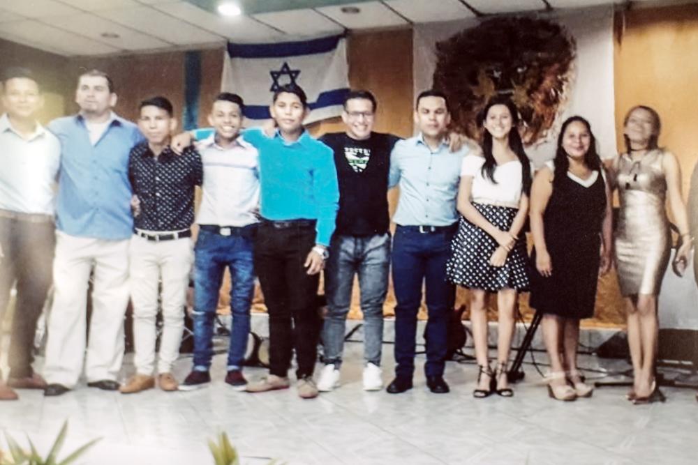 El segundo de izquierda a derecha, Orlando Córdoba pasaba rato en su iglesia compartiendo con sus familiares y amigos. LA PRENSA / Cortesía