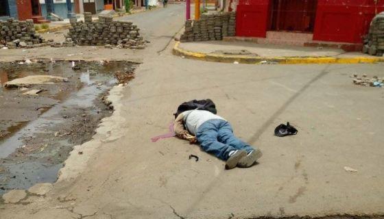 Este es el cuerpo de la tercera persona que murió durante la mañana de este martes en una de las calles de Masaya. LA PRENSA/CORTESÍA