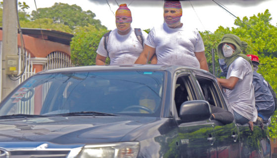 En Villa Venezuela, los encapuchados patrullaban este sábado como si fueran una autoridad nacional. LA PRENSA/R. FONSECA