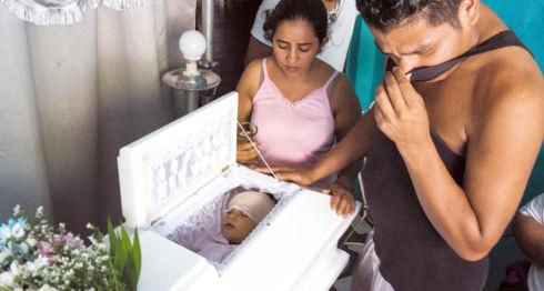 Karina Navarrete y Nelson Gabriel Lorío lloran la pérdida de su bebé asesinado este sábado, Teyler Leonardo Lorío Navarrete, a manos de la Policía. LA PRENSA/ U. MOLINA