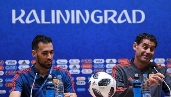 Sergio Busquets y Fernando Hierro se presentaron en conferencia de España este domingo. LA PRENSA/ AFP/ OZAN KOS