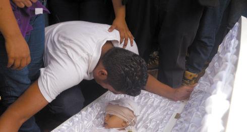 Nelson Lorío llora antes de enterrar el cuerpo de su hijo, Teyler Lorío Navarrete, quien fue sepultado ayer en el Cementerio Milagro de Dios. LAPRENSA/R. Fonseca