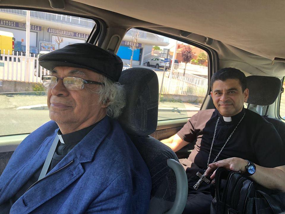 Brenes y Álvarez llegaron remolcados al Vaticano. liego de llegar a Roma