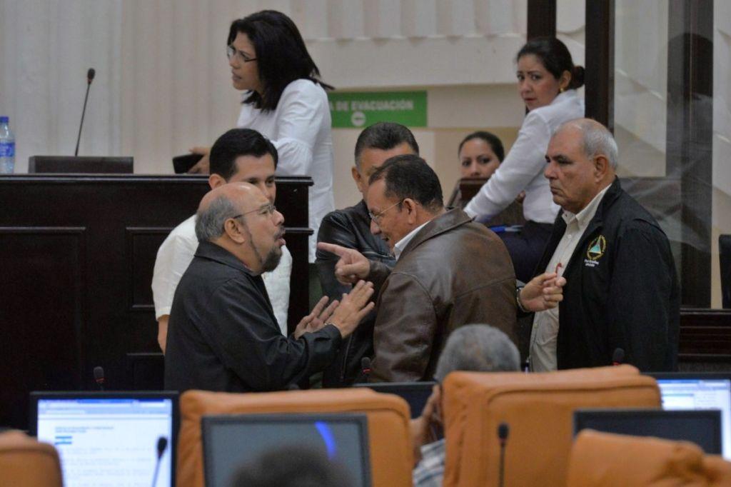 Edwin Castro, diputado del FSLN, junto a parlamentarios del PLC. LA PRENSA/ JADER FLORES