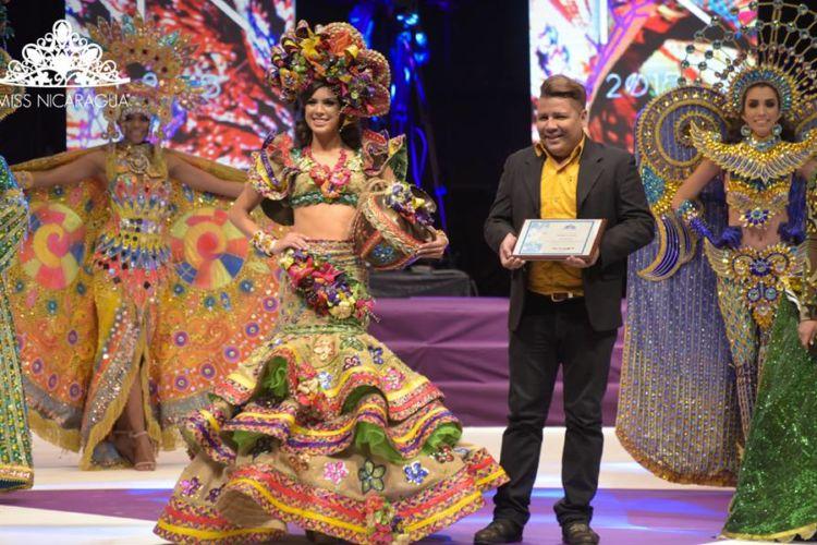 "Alfonso Pascua es el diseñador del traje ""Versos a la flor que nació en Monimbó"", el cual ganó el primer lugar de la competencia de Trajes Nacionales en la competencia de Miss Nicaragua 2018. LA PRENSA/ CORTESÍA MISS NICARAGUA"