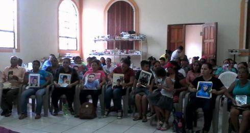 Pobladores de Sébaco durante el encuentro que sostuvieron con representantes de la CPDH y el Cenidh, en la Parroquia Inmaculada Concepción de María. LA PRENSA/Cortesía