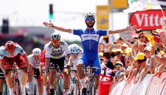 El colombiano Fernando Gaviria se puso provisionalmente la camiseta amarilla del líder del Tour de Francia, al ganar la primera etapa este sábado. LA PRENSA/EFE/EPA/SEBASTIEN NOGIER
