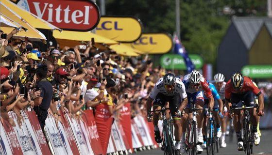 El eslovaco Peter Sagan se impuso en el sprint final, para ganar la segunda etapa del Tour de Francia este domingo. LA PRENSA/AFP / Marco BERTORELLO