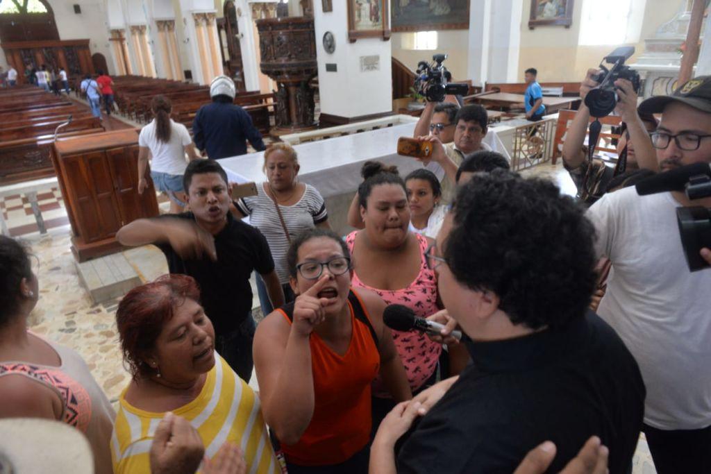 Fanáticos orteguistas agrediendo a sacerdotes en la basílica San Sebastian de Diriamba. LA PRENSA/ ARCHIVO