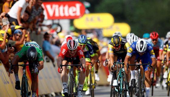 El colombiano Fernando Gaviria ganó la cuarta etapa del Tour de Francia este martes, después que había vencido en la primera. LA PRENSA/EFE/Kim Ludbrook
