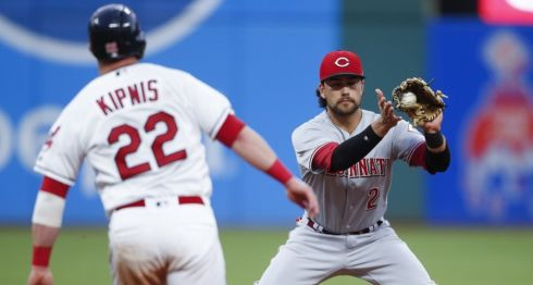 Alex Blandino entró como suplente a la tercera base y luego lanzó, en el partido de este miércoles entre Indios de Cleveland y Rojos de Cincinnati en las Grandes Ligas. LA PRENSA/Ron Schwane/Getty Images/AFP