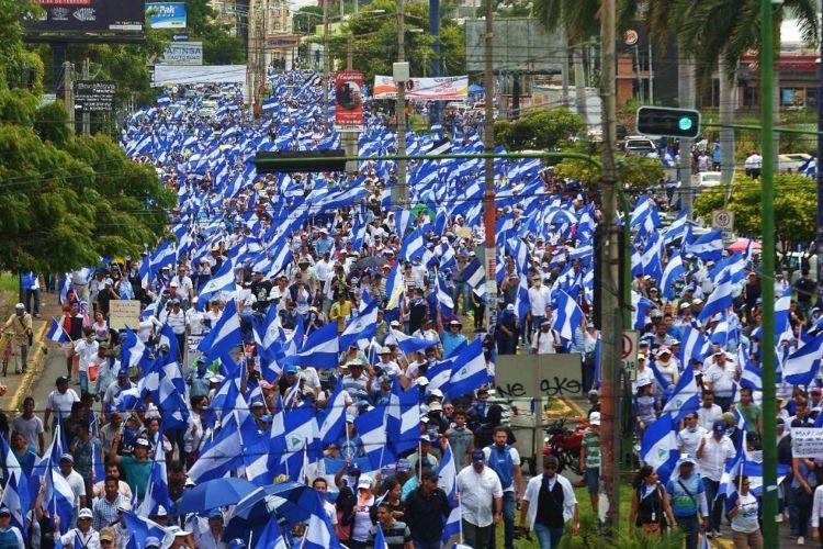 """Los miles de participantes en la marcha nacional """"Juntos Somos un Volcán"""" en Managua. LA PRENSA/ AFP"""