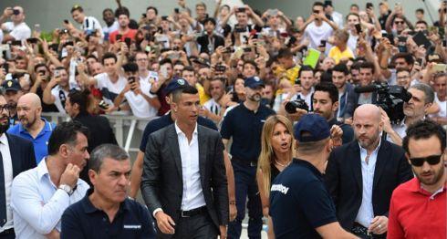 Los hinchas de la Juventus se desbordaron para recibir a Cristiano Ronaldo, que llegó a Turín para el reconocimiento médico y la firma del contrato. LA PRENSA/AFP / Miguel MEDINA