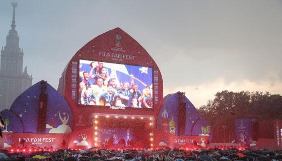 Los fan fest instalados en diversas ciudades de Rusia tuvieron una gran afluencia de hinchas tanto locales como extranjeros. LA PRENSA/EFE/EPA/ZURAB KURTSIKIDZE