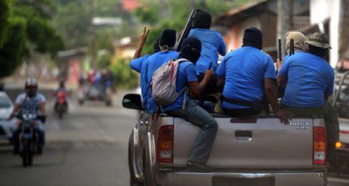 En camionetas Hilux los paramilitares recorren la ciudad de Masaya. LA PRENSA/ AFP