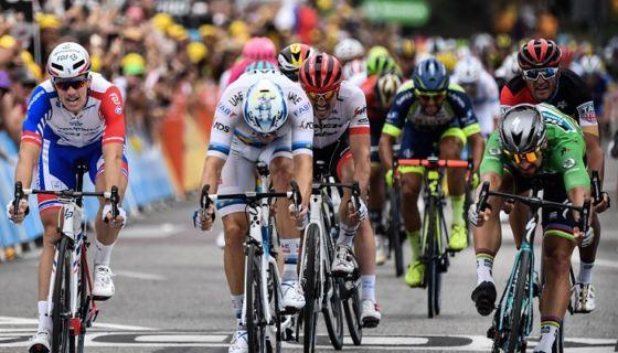 Peter Sagan (derecha) se impuso en el sprint final de la etapa 14 del Tour de Francia 2018, en el que ya suma tres victorias. LA PRENSA/AFP / Jeff PACHOUD