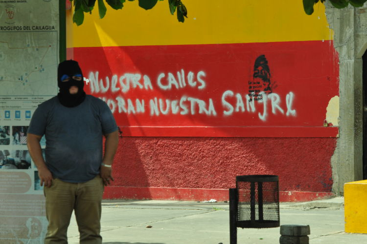 Hombres encapuchados se apoderaron de la Placita de Monimbó. Mientras tanto, las paredes siguen denunciando la represión vivida. LA PRENSA/ MANUEL ESQUIVEL