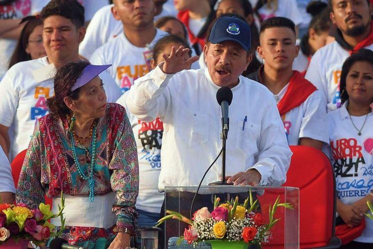 Daniel Ortega junto a Rosario Murillo en el acto del 19 de julio en Managua por los 39 años de la revolución sandinista. LA PRENSA/ AFP