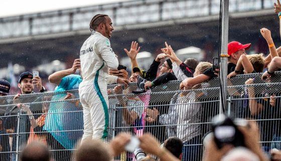 El británico Lewis Hamilton se mostró emocionado con su victoria en el Gran Premio de Alemania de la Fórmula 1. LA PRENSA/EFE/EPA/SRDJAN SUKI