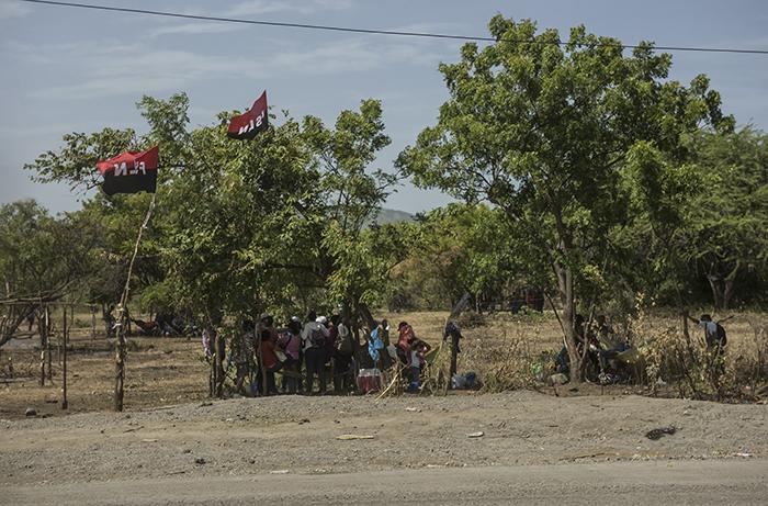 Tomatierras en propiedad ubicada en el kilómetro 18 de la Carretera Nueva a León, frente a entrada a El Doral. A un lado de la carretera el alambrado está adornado con banderas del FSLN. LA PRENSA/OSCAR NAVARRETE