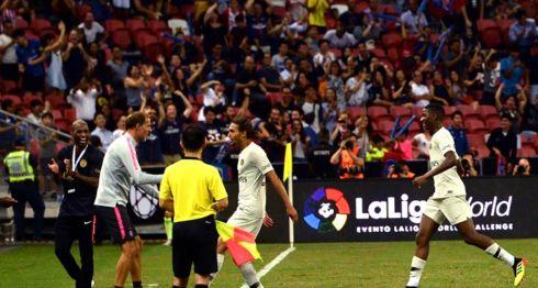 Virgiliu Postolachi (centro) anotó el gol que le dio la victoria al París SG ante el Atlético de Madrid, este lunes en un amistoso celebrado en Singapur. LA PRENSA/AFP/Roslan RAHMAN