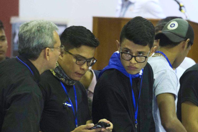 Victor Cuadras y Lesther Alemán son estudiantes universitarios que forman parte de la Alianza Cívica presente en el Diálogo Nacional. LA PRENSA/ JADER FLORES