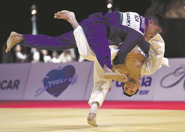 Luis Montes (azul) ganó medalla de bronce en -55 kg del judo. LA PRENSA/ARCHIVO/AP/TIBOR ILLYES