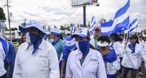 Los médicos también exigieron que reintegren a los doctores despedidos de los hospitales públicos. LA PRENSA/ ROBERTO FONSECA