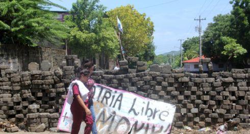 Tras la represión a los ciudadanos, los manifestantes de Sutiaba ahora piden la dimisión de Daniel Ortega. LA PRENSA/ EDDY LÓPEZ