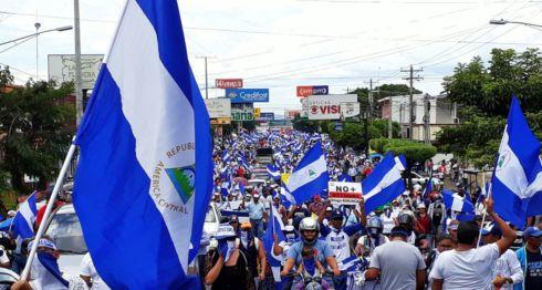 La manifestación en apoyo a los presos políticos avanzó por los semáforos del puente El Edén. LA PRENSA/ MARIO RUEDA