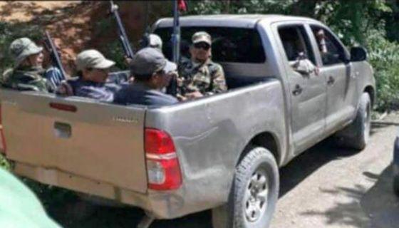 Paramilitares visten uniformes militares y custodian a diario la alcaldía y la casa zonal del FSLN en el poblado del municipio de Jalapa, en Nueva Segovia. LA PRENSA/ WILLIAM ARAGÓN