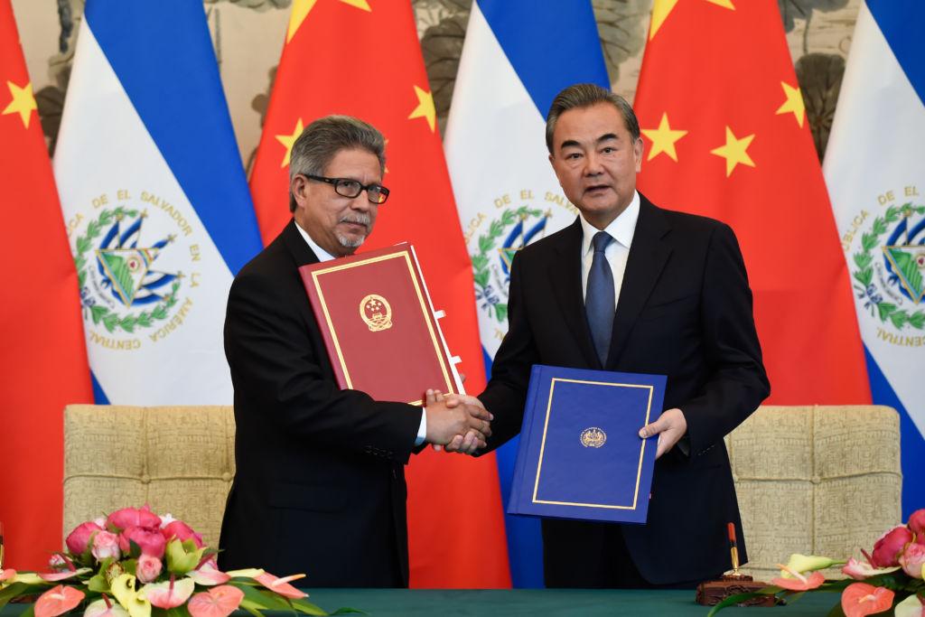 El ministro de El Salvador Carlos Castaneda (I) junto al ministro de China Minister Wang Yi (d), este lunes cuando anunciaron el establecimiento de relaciones entre El Salvador y China continental. LA PRENSA/AFP/ ARCHIVO