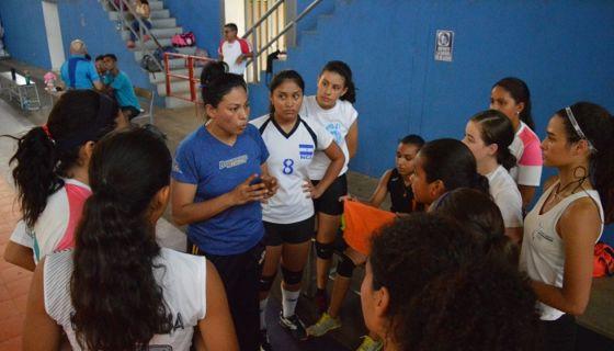 Claudia Noguera es la entrenadora de la Selección Nacional de Voleibol Femenino Sub-18. LA PRENSA/CORTESÍA/FNVB