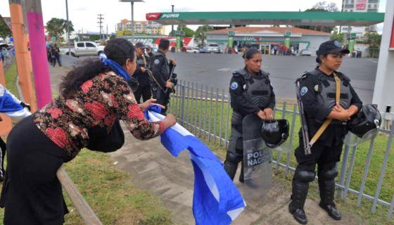 Agentes antimotines de la Policía Nacional intimidando a protestantes en Metrocentro. LA PRENSA/ ROBERTO FONSECA