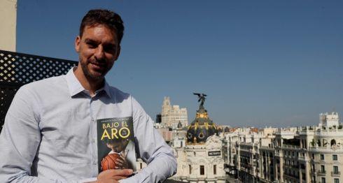 """Pau Gasol presentó su libro """"Bajo el Aro"""", enfocado en su carrera. LA PRENSA/EFE/Fernando Alvarado"""