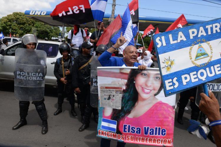 Los padres de los presos políticos, como la joven Elsa Valle, encararon a los orteguistas ante el intento de provocar altercados. LA PRENSA/ MANUEL ESQUIVEL