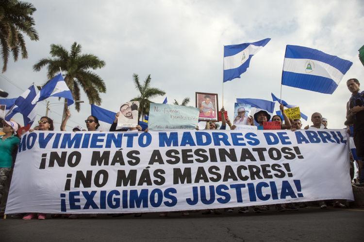 Madres de Abril, represión, plantón, exigiendo justicia