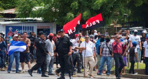 Paramilitares y turbas del FSLN junto a antimotines del gobierno de Daniel Ortega atacaron a manifestantes pacíficos en Managua. Asesinaron a un adolescente de 16 años. LA PRENSA/ JADER FLORES