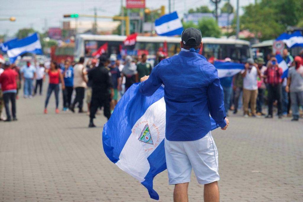 Turbas y paramilitares del FSLN acechando a manifestantes autoconvocados en Managua. La represión es apoyada por la Policía Orteguista. LA PRENSA/ JADER FLORES