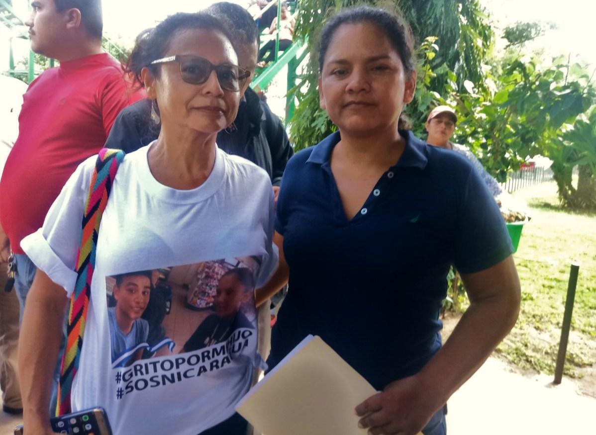 Alma Rebeca González (de blanco), mamá del líder universitario Jonathan López González. LA PRENSA/ MARTHA VÁSQUEZ