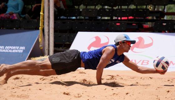 Danny López juega con Rubén Mora en el Tour Norceca de Voleibol de Playa. LA PRENSA/CORTESÍA/FNVB