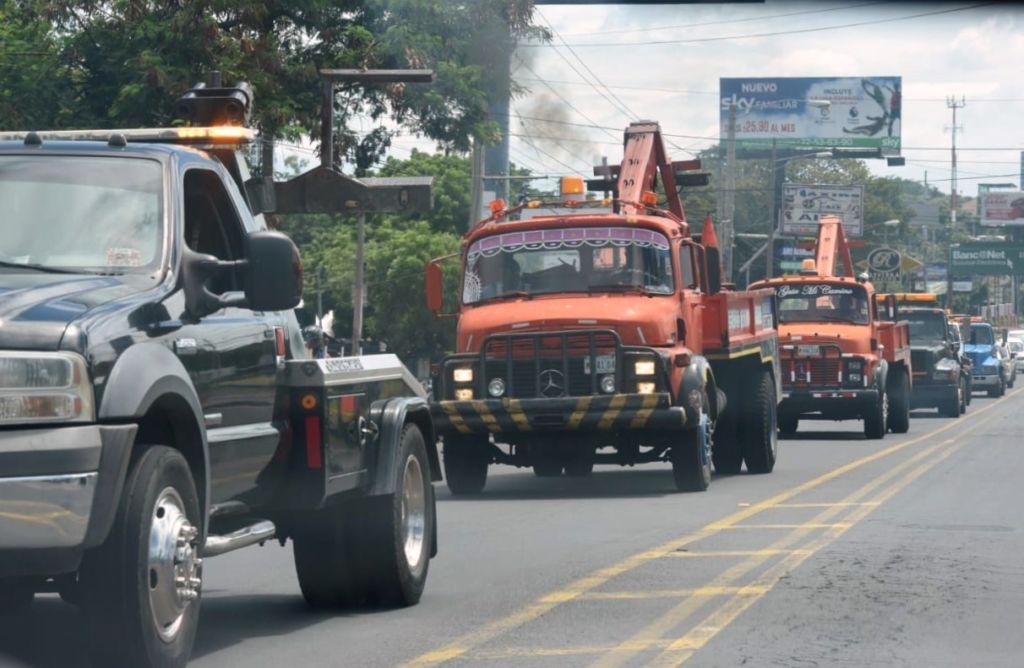Grúas recorren las calles de Managua en caravana para intimidar a conductores y manifestantes. LA PRENSA/ ROBERTO FONSECA